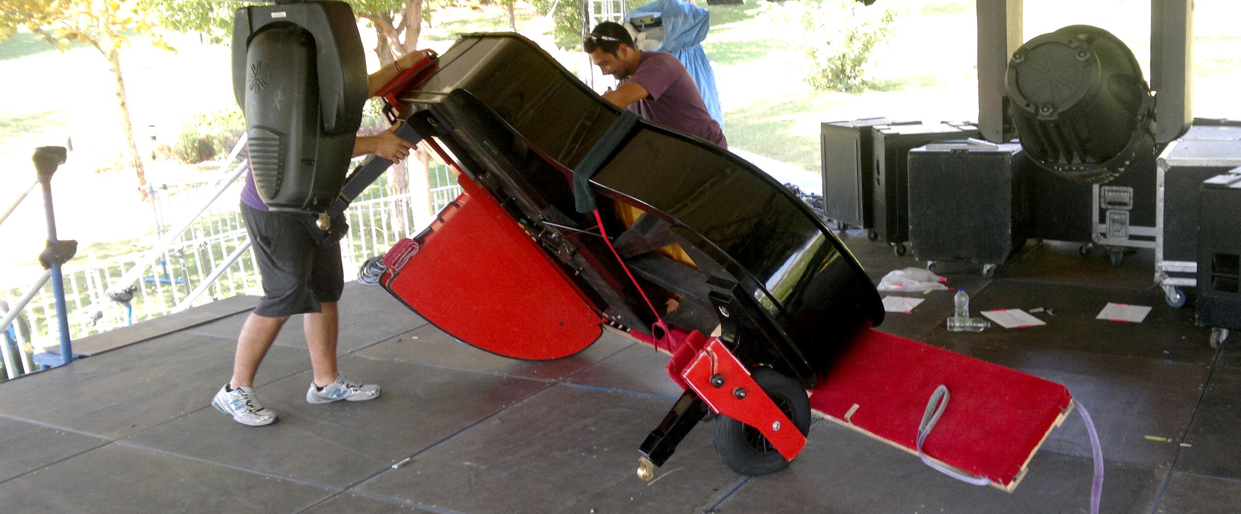 Τεχνικοί συσκευάζουν πιάνο για μεταφορά